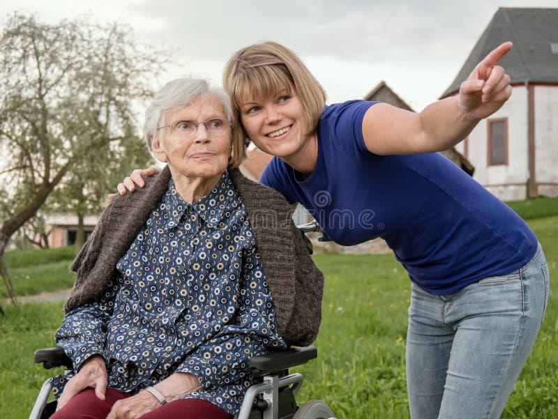 Petite-fille montrant quelque chose à la grand-mère images stock