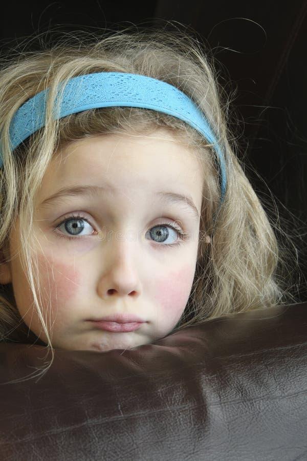 Petite fille observée par bleu triste image libre de droits