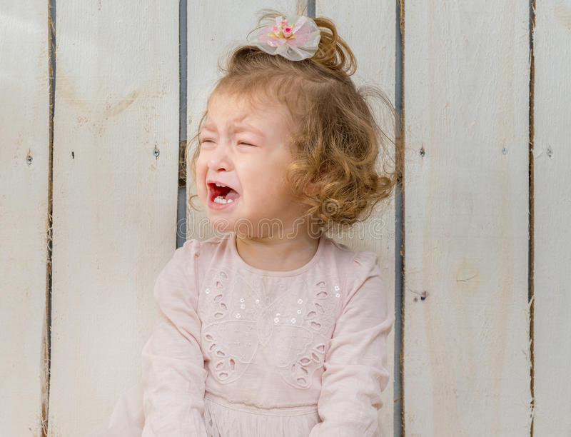Petite fille offensée pleurant photographie stock