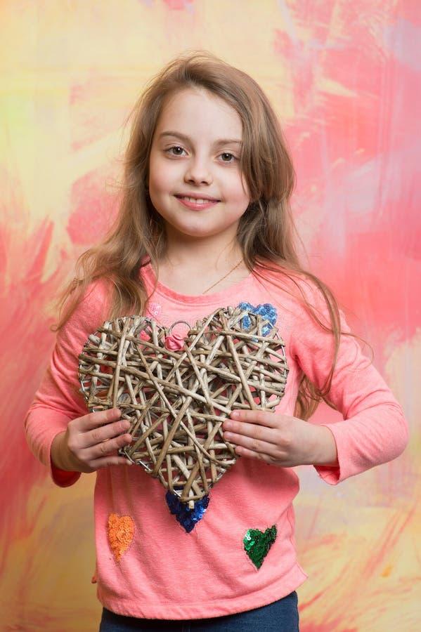 Petite fille ou enfant avec le coeur d'amour de jour de valentines photographie stock libre de droits