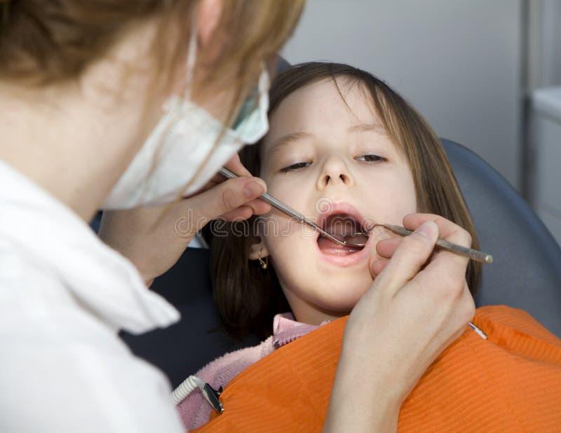 Petite fille par le dentiste images libres de droits