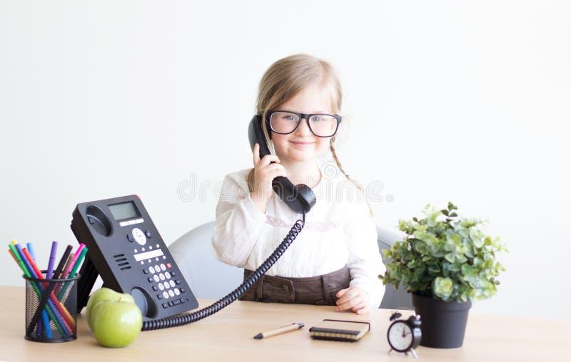 Petite fille parlant au téléphone photographie stock