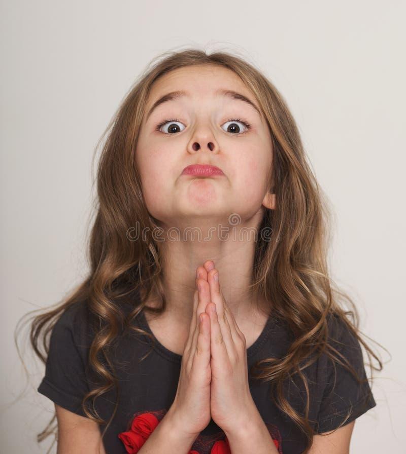 Petite fille parlant en faveur avec des mains étreintes ensemble images libres de droits