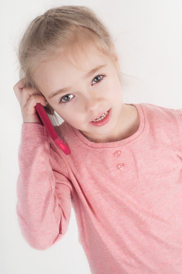 Petite fille parlant sur le mobile photo libre de droits