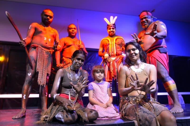 Petite fille photographiée avec les personnes indigènes d'Australie image libre de droits