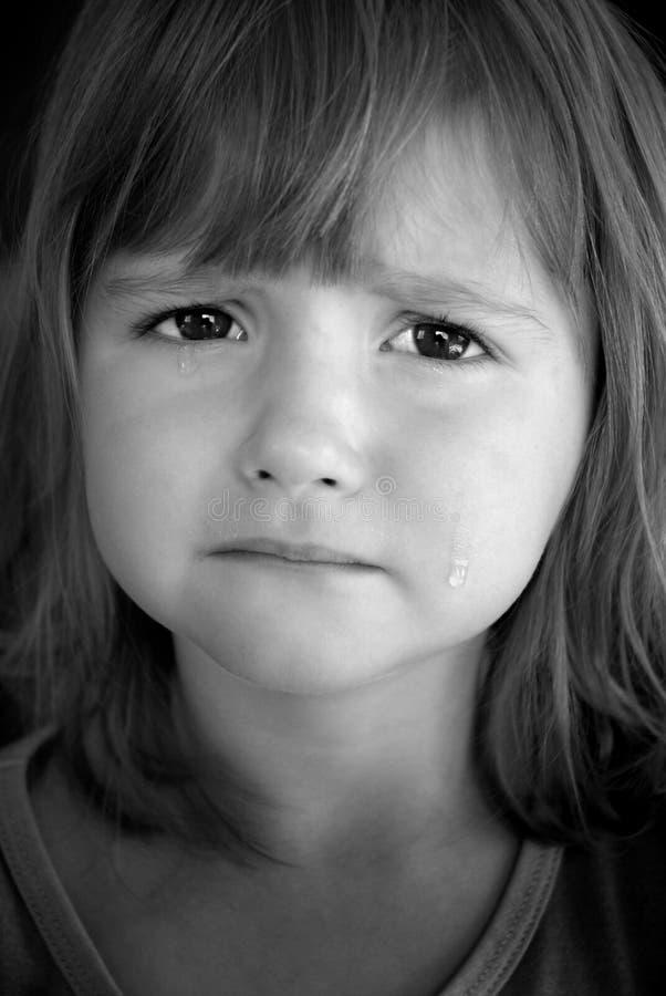 Petite fille pleurant avec des larmes photographie stock libre de droits
