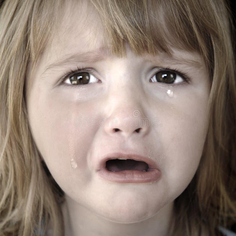 Petite fille pleurant avec des larmes image stock