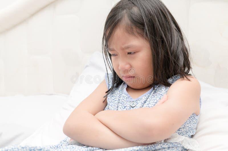 Petite fille pleurant avec des larmes sur ses joues image libre de droits
