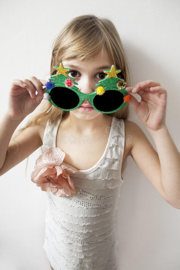 Petite fille portant de grandes lunettes rondes photos stock