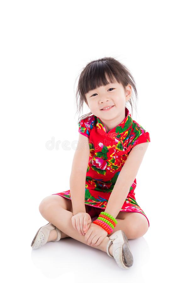 Petite fille portant la robe traditionnelle chinoise rouge photographie stock