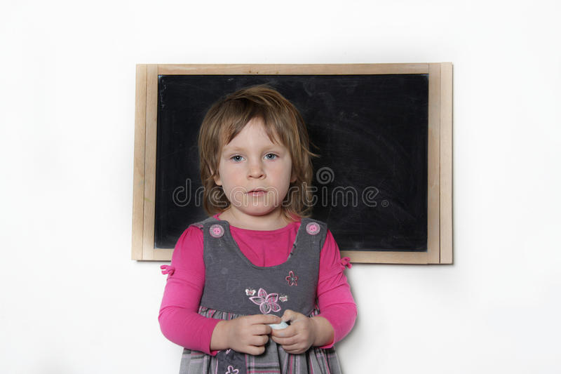 Petite fille près de tableau noir images libres de droits