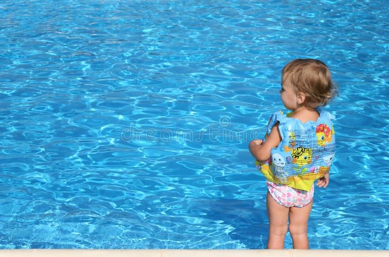 Petite fille près du regroupement images stock