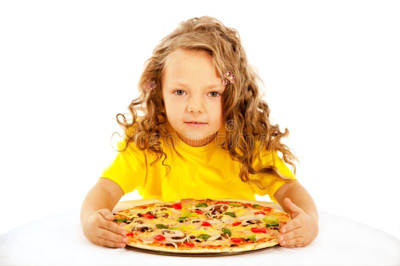 Petite fille préparant la pizza faite maison image stock