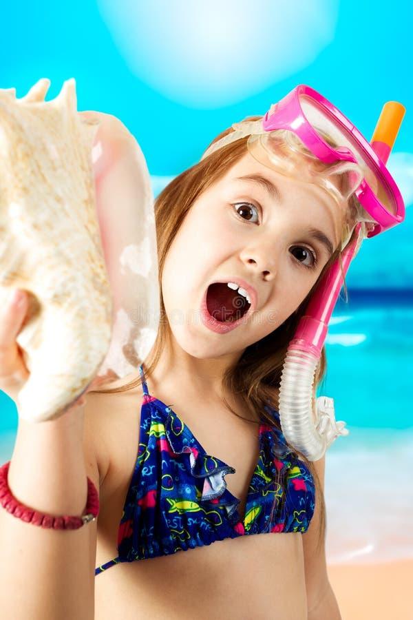 Petite fille prête pour naviguer au schnorchel photographie stock libre de droits