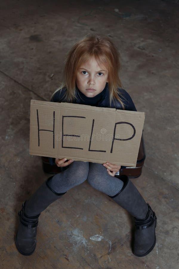 Petite fille priant pour l'aide photo libre de droits