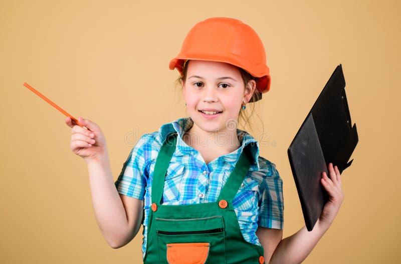 petite fille réparant dans l'atelier Inspecteur d'agent de maîtrise réparation Expert en matière de sécurité Future profession Dé images libres de droits