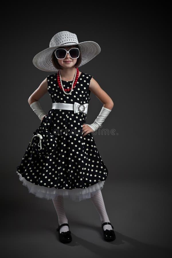 Petite fille rectifiée démodée élégante photographie stock