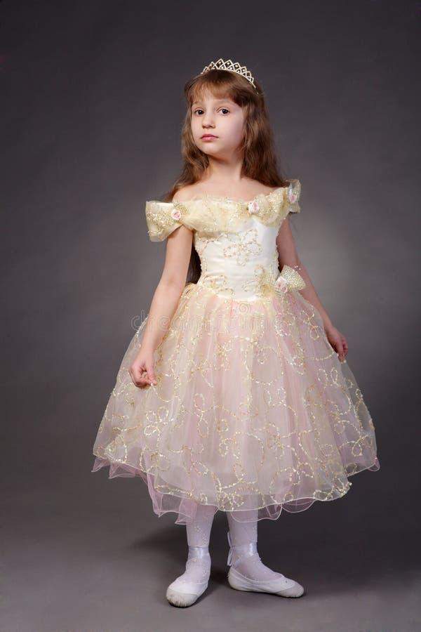 Petite fille rectifiée vers le haut de en tant que princesse images stock