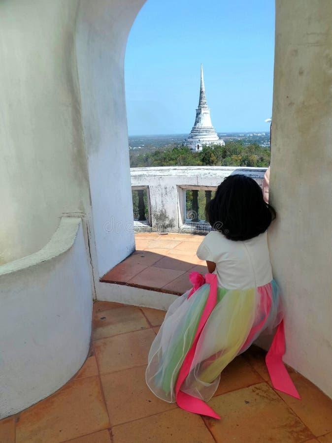 Petite fille regardant de la tour supérieure tranquille à la grande pagoda sur Phra Nakhon Khiri Royal Palace, Phetchaburi, Thaïl photographie stock libre de droits