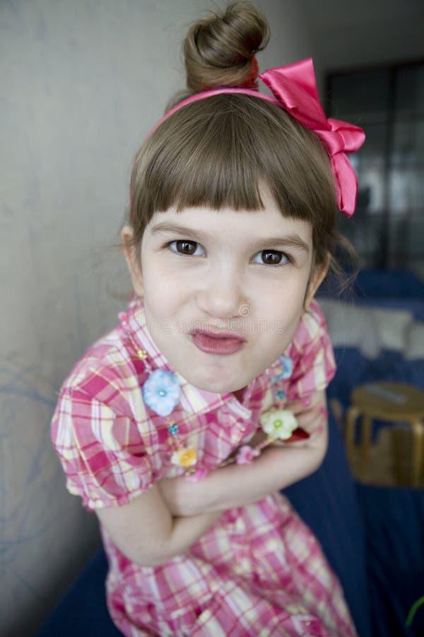 petite fille regardant l'appareil-photo images stock