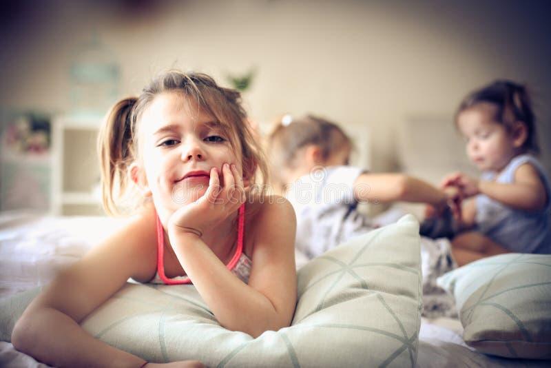 Petite fille regardant l'appareil-photo photographie stock