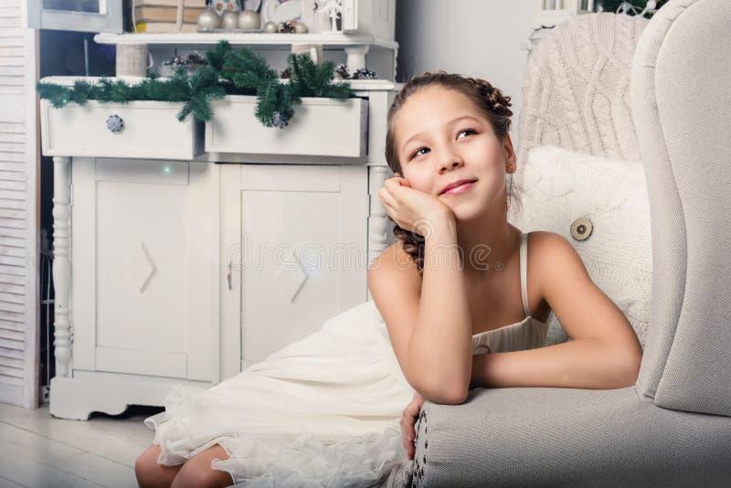 Petite fille s'asseyant dans un salon images libres de droits