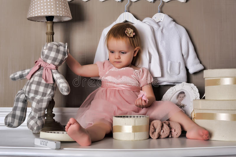 Petite fille s'asseyant sur la raboteuse photographie stock libre de droits
