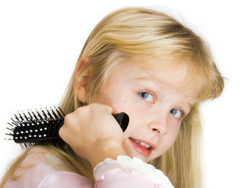 Petite fille se peignant le cheveu photos libres de droits