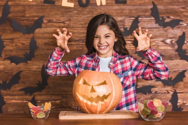 Petite fille se préparant à Halloween photographie stock