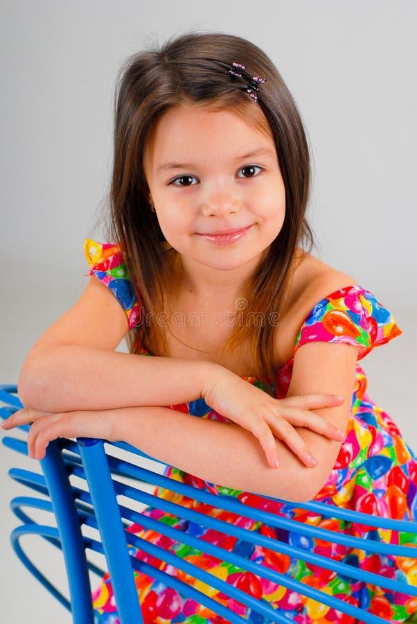 Petite fille se reposant sur une présidence image stock