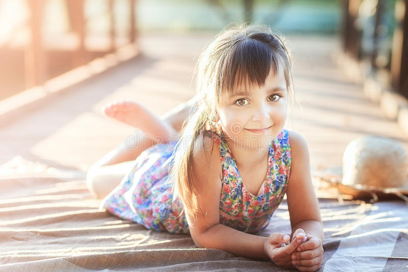 Petite fille se trouvant sur son ventre photos libres de droits
