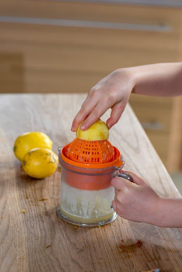 Petite fille serrant un citron photographie stock libre de droits