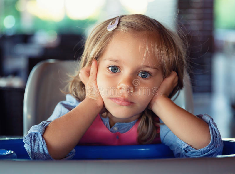 Petite fille songeuse photo stock