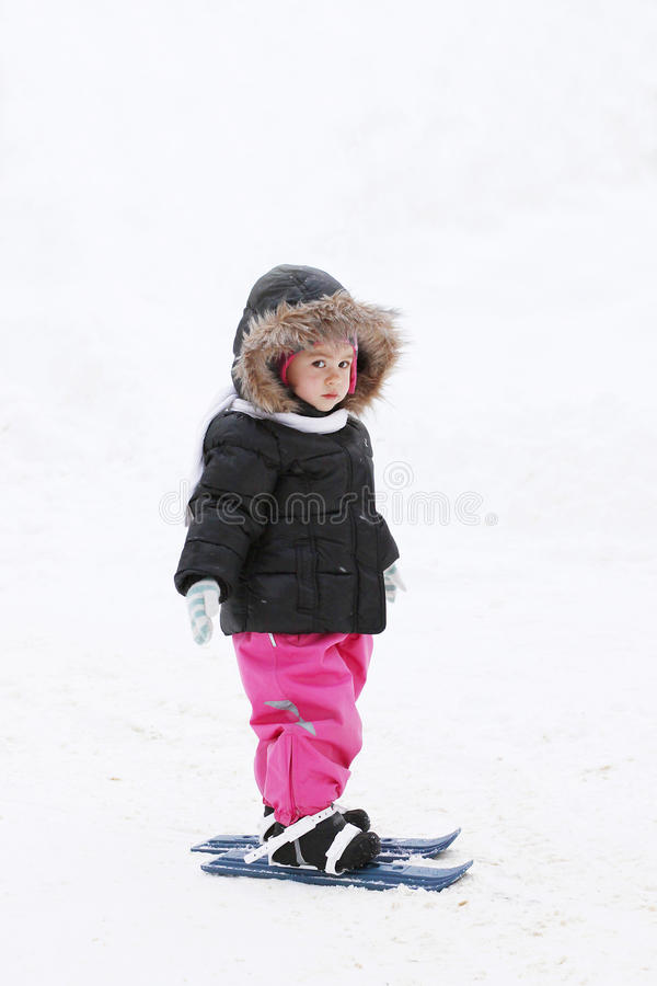 Petite fille sur des skis photo libre de droits