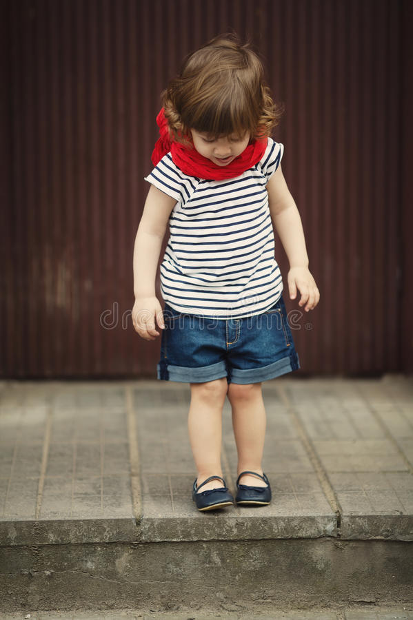 Download Petite Fille Sur L'escalier Image stock - Image du enfance, expression: 45350253
