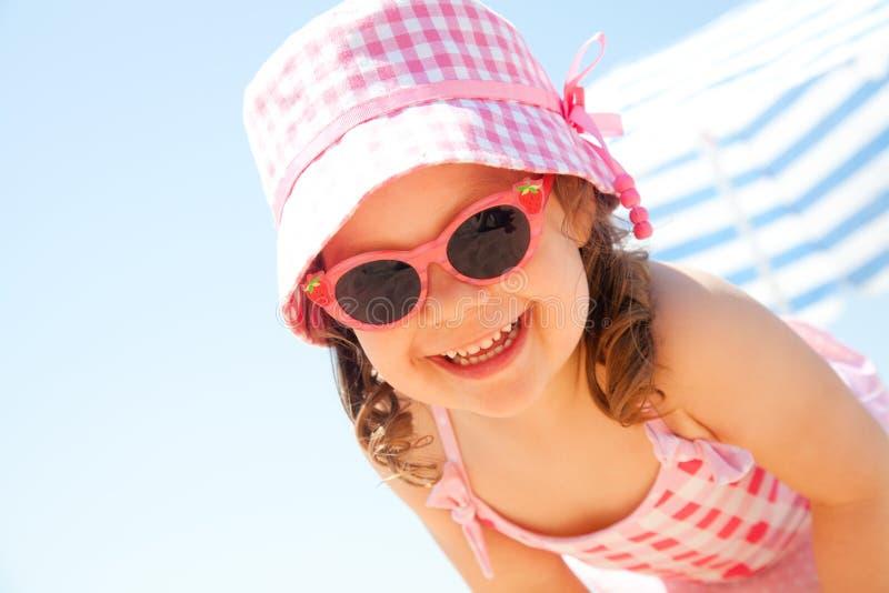 Petite fille sur la plage photo libre de droits