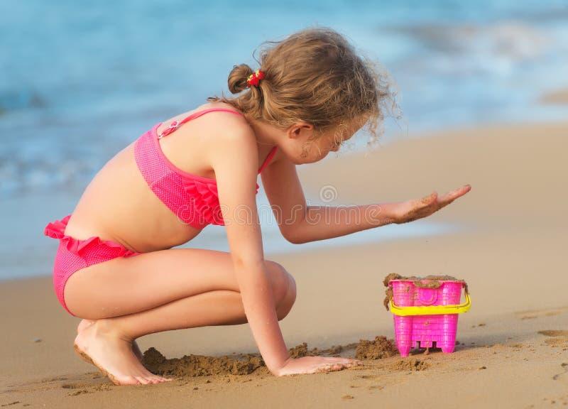 Petite fille sur la plage images stock