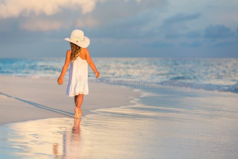 Petite fille sur la plage images libres de droits