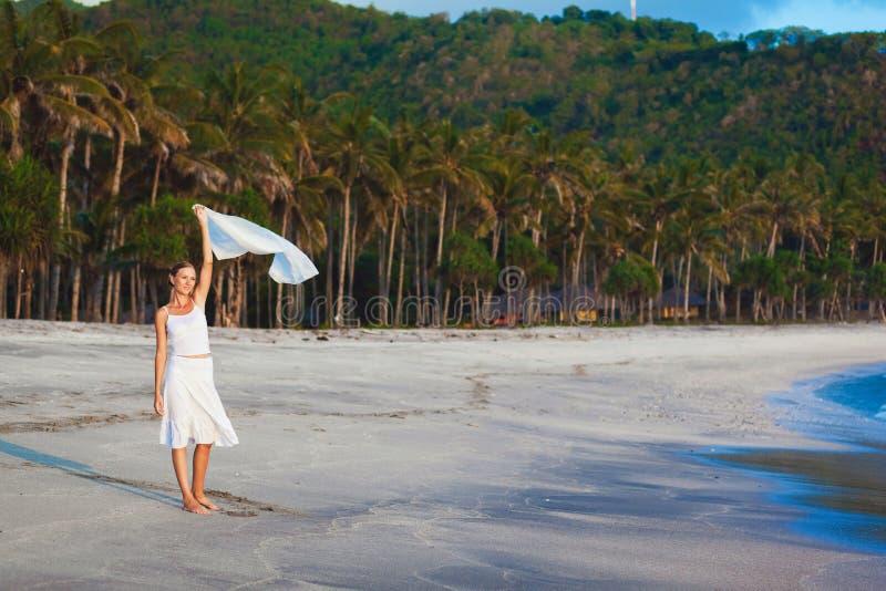 Petite fille sur la plage de l'île tropicale image stock