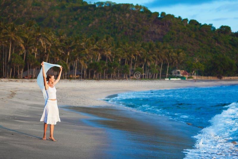 Petite fille sur la plage de l'île tropicale photographie stock libre de droits