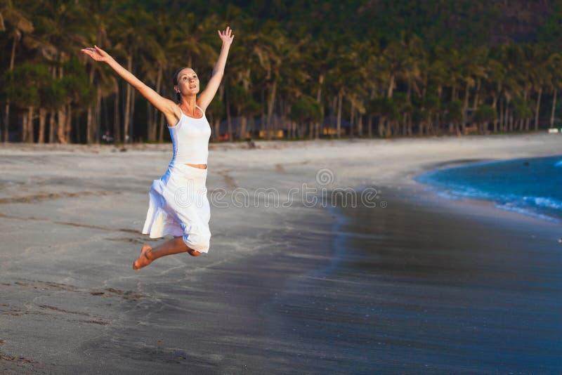 Petite fille sur la plage de l'île tropicale photographie stock