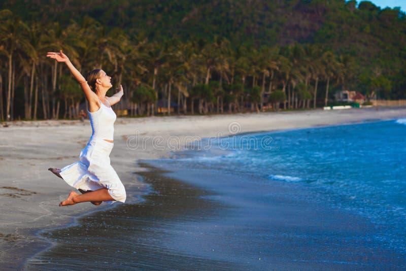 Petite fille sur la plage de l'île tropicale photos stock