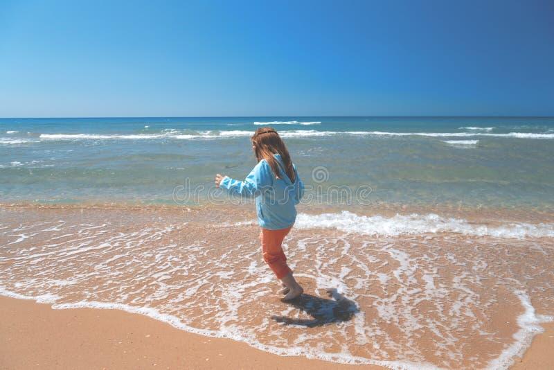 Petite fille sur la plage de mer Concept - au revoir été photos stock