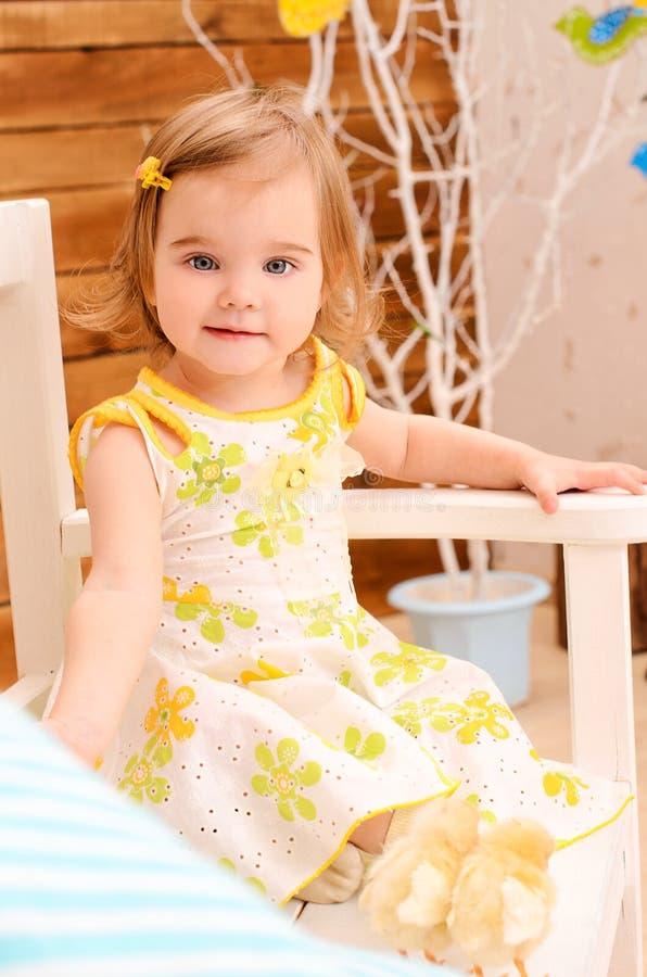 Petite fille sur le banc photo libre de droits