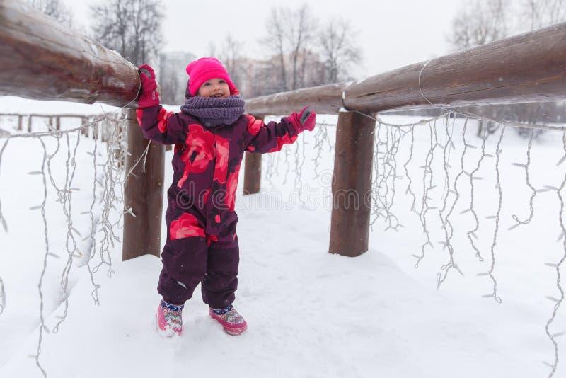 Petite fille sur le pont neigeux image stock