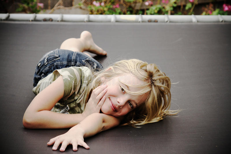 Petite fille sur le tremplin, souriant images libres de droits