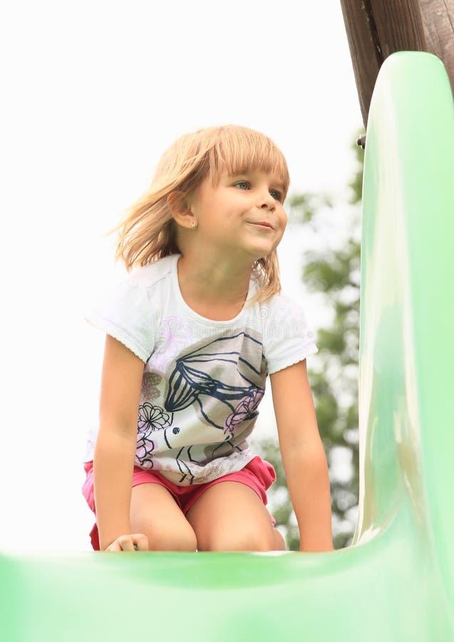 Petite fille sur une glissière photo libre de droits