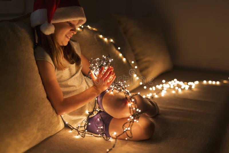 Petite fille tenant des lumières de Noël photo stock