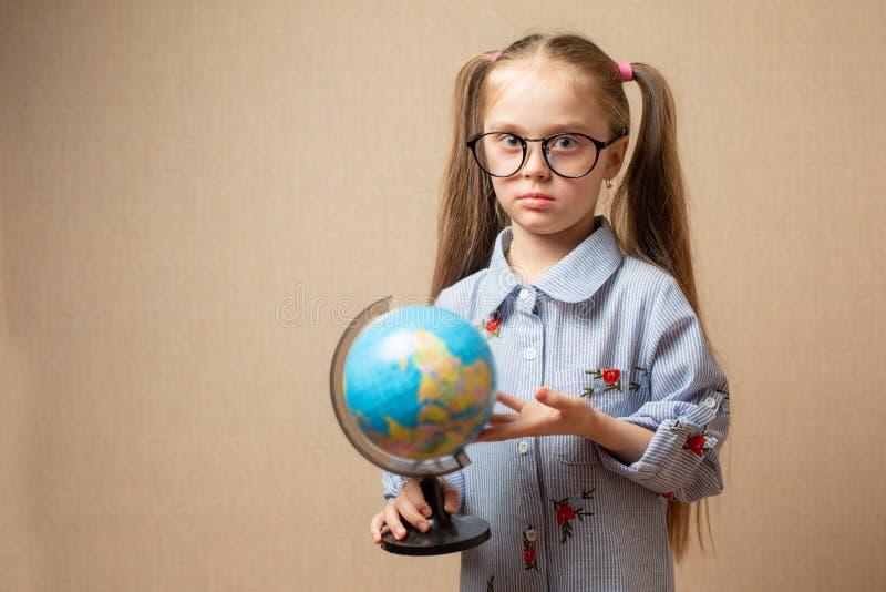 Petite fille tenant la terre dans des nos mains - un concept au sujet de l'avenir photographie stock