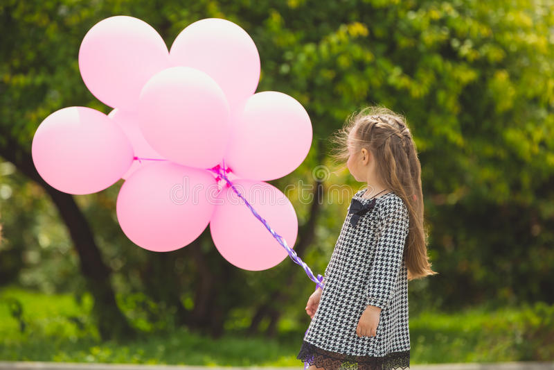 Petite fille tenant les ballons roses photo libre de droits